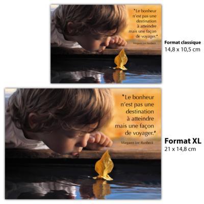 carte postale avec citation M Lee Runbeck bonheur facon de voyager sur une photo enfant soufflant sur une feuille